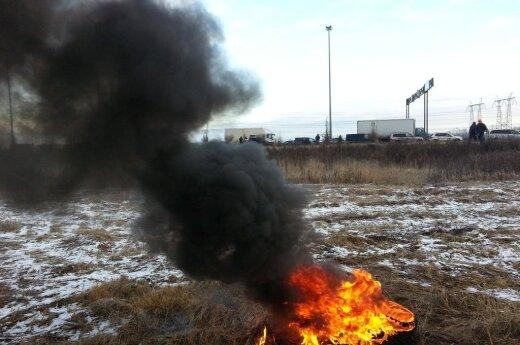 В Петербурге дальнобойщики подожгли покрышки