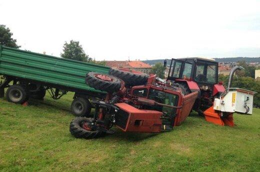 Tvarkant Tauro kalno šlaitus apvirto traktorius