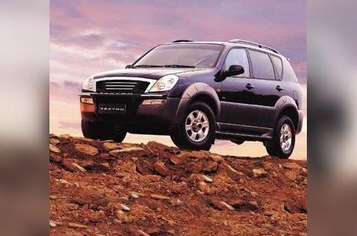 """Tik šį rudenį Frankfurto automobilių parodoje pristatytas įspūdingo dydžio korėjietiškas visureigis. Kaip ir į kitus """"Daewoo"""" visureigius, į šį taip pat montuojami galingi """"Mercedes Benz"""" varikliai: V6 tipo 3,2 l 220 AG benzininis ir 2,3 l 100 AG turbodyz"""