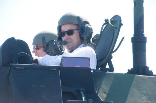 На демонстрации военной техники президент Ильвес залез в танк