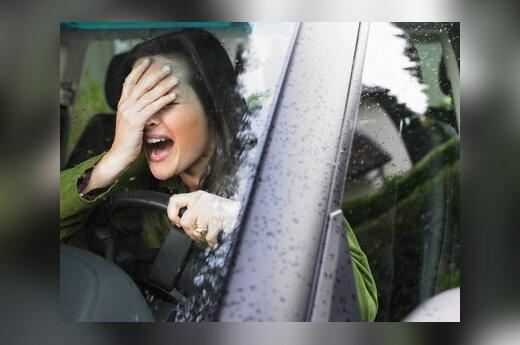 Girta tikybos mokytoja įvažiavo į policijos automobilį, bet darbo neprarado