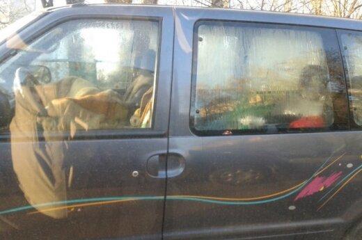 Šalia vaikų darželio - automobilyje nakvojantys žmonės