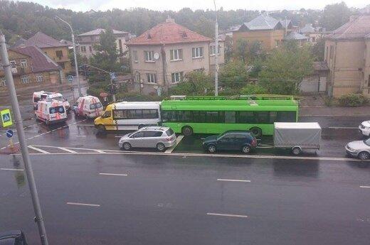 Troleibusas įvažiavo į mikroautobusą, yra sužeistų