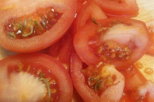 Prapjovė pomidorus – nustebo, ką pamatė
