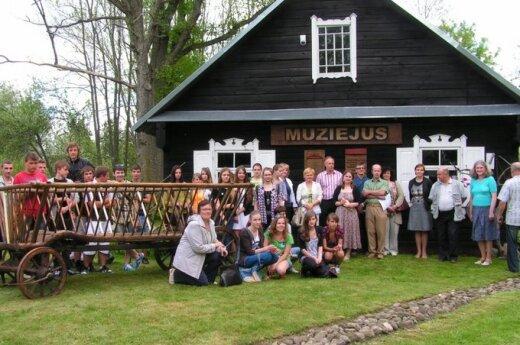 Mokiniai ir mokytojai prie muziejaus