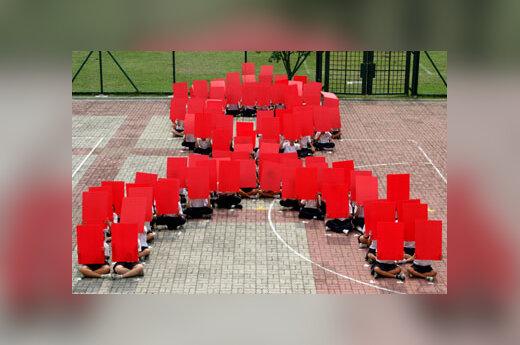 Singapūro studentai suformavo AIDS simbolį.