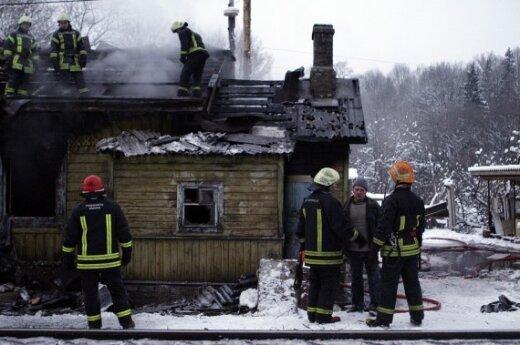 В Вильнюсе из-за пожара в доме останавливали поезда