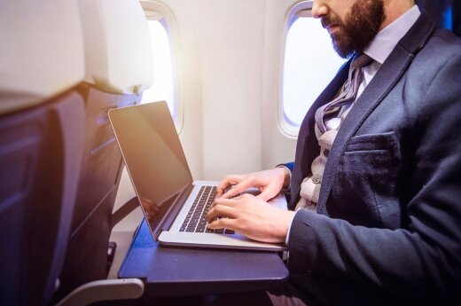 Nemaloni žinia lėktuvų keleiviams: ketina uždrausti naudoti nešiojamus kompiuterius ir europiečiams