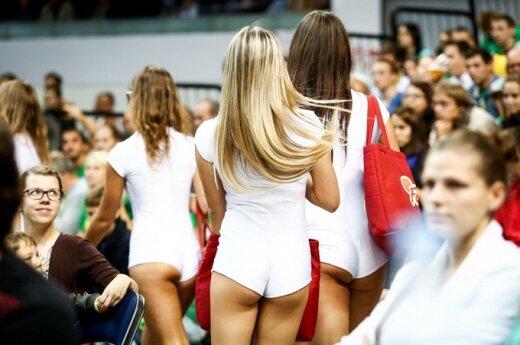 Atvirai apsirėdžiusių merginų apranga šokiravo krepšinio aistruolį