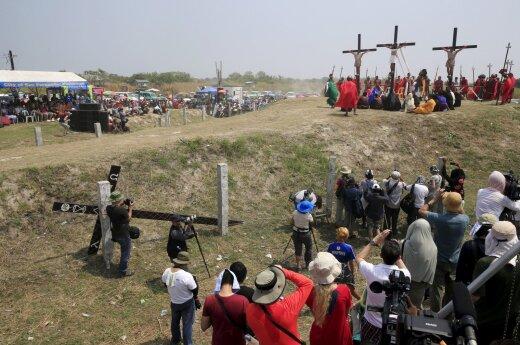 Filipinuose tikintieji kraštutinėmis priemonėmis atkartoja Kristaus nukryžiavimą