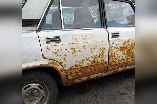 Senas surūdijęs automobilis