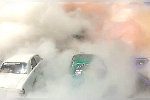 Ради рекорда Гиннесса 69 автомобилей одновременно жгли резину