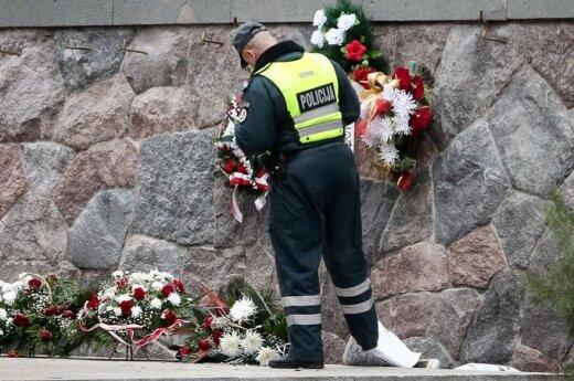 Поляки литовским флагом убирали снег с могилы Пилсудского