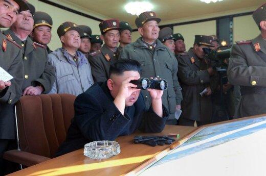 Šiaurės Korėjos lyderis  Kim Jong Unas stebėjo artilerijos pratybas pasienyje