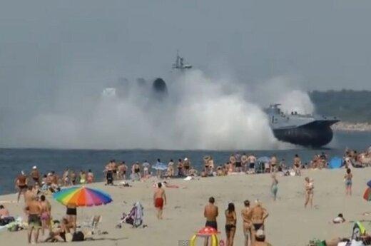 Poduszkowiec desantowy wpłynął na plażę