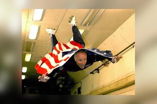 """Amerikietis kosmoso turistas Gregory Olsenas treniruotės metu išbando """"nesvarumo būklę""""."""