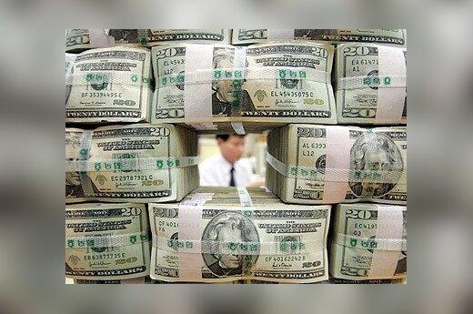 Pro sudėtas 20 JAV dolerių banknotų kupiūras Seule (Pietų Korėja) matosi banko klerkas.