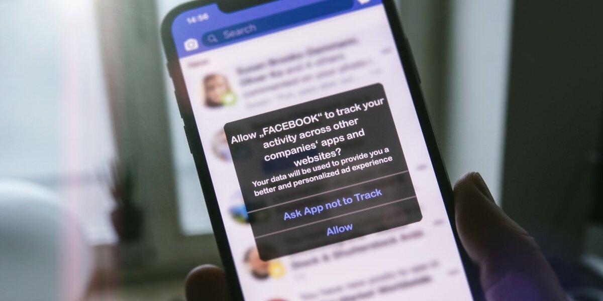 """""""Facebook"""" karas su """"iPhone"""" tęsiasi: užsimena apie apmokestinimą, jei vartotojai neleis rinkti duomenų"""
