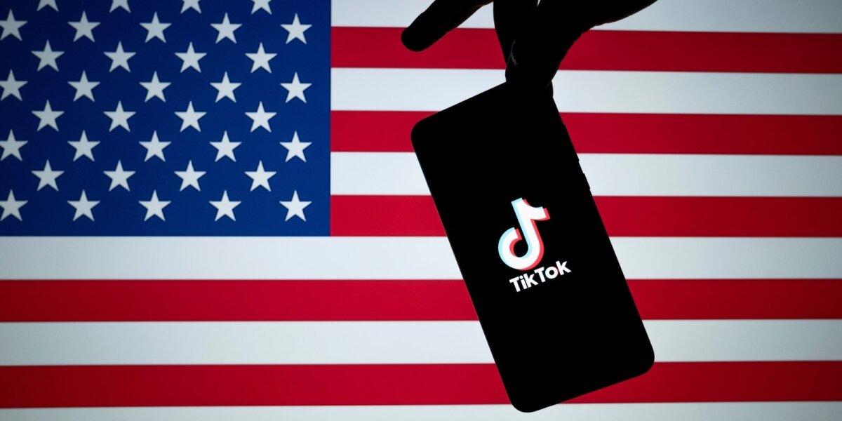 """""""TikTok"""" JAV vėliavos fone"""