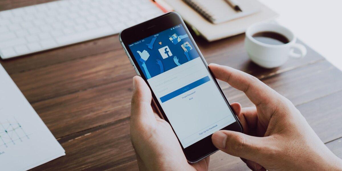 """Timothy Snyderis: galima galvoti apie mokestį """"Facebook"""" už tai, kad teršia mūsų smegenis"""
