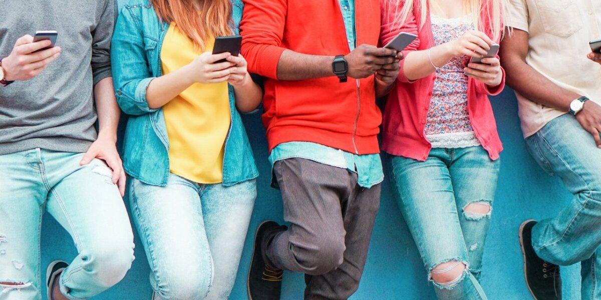 Jaunimas naršo telefonuose