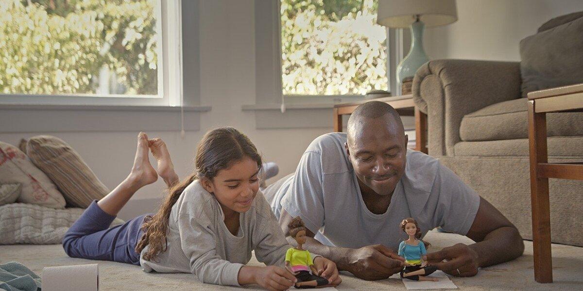 Atsikratant stereotipų: barbių reklamoje šįkart žaidžia tėčiai