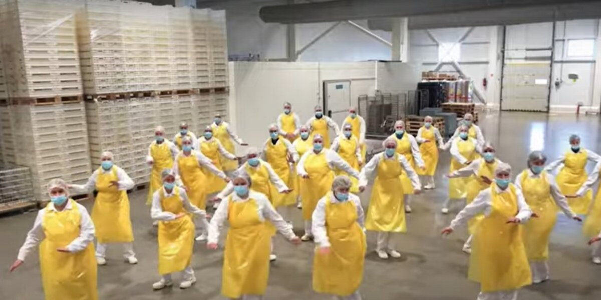 """""""Iki"""" prisijungė prie geltonosios bangos: darbuotojų šokis tapo interneto hitu"""