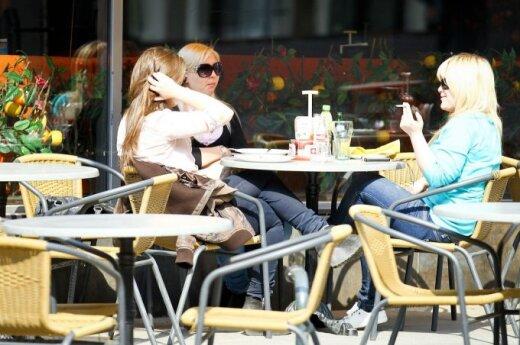 Merginos kavinėje