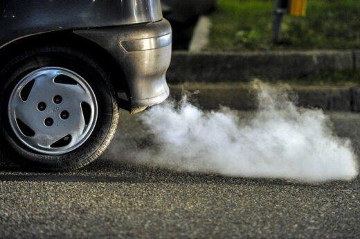 Tamsūs dūmai iš išmetamojo vamzdžio - vienas požymių, kad automobilis nebeturi katalizatoriaus