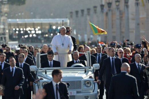 Watykan: Papież Franciszek otrzymał Paliusz i pierścień Rybaka