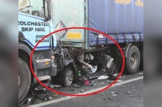 Samochód wepchany pod ciężarówkę