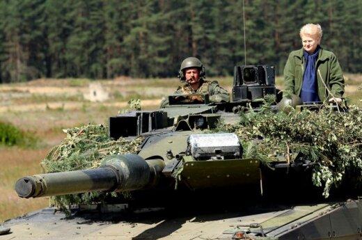 """Dalia Grybauskaitė przejechała się """"Leopardem"""", który nazwała """"Tygrysem"""""""