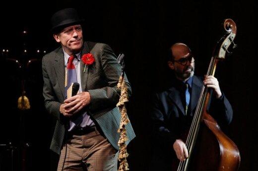 Hugh Laurie gra bluesa
