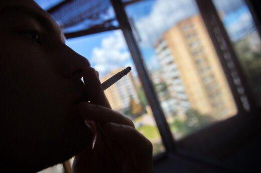 Rūkymas daugiabučio balkone