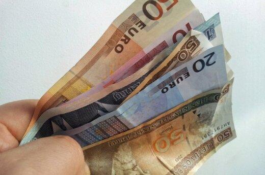 Vėl kliuvo eurui: pasipiktino augančiu banko mokesčiu