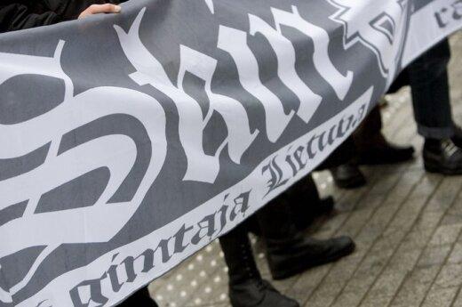 Zerwana tablica z polską nazwą ulicy - wolnym wejściem na koncert narodowców