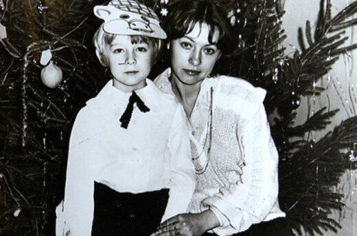 Aistis Mickevičius su mama prie Kalėdų eglutės