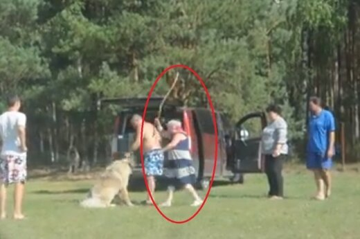 Wychowanie po rosyjsku. Pałką biła psa, bo nie słuchał