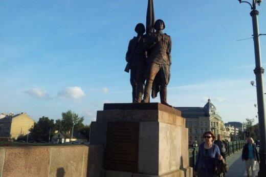 Sowieckie rzeźby na Zielonym moście nadal będą straszyć... przynajmniej do wiosny