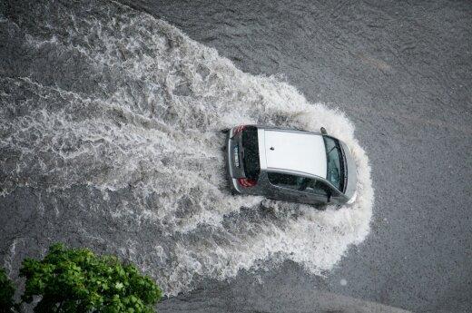 Atėjo dar viena lietaus banga: vilniečiai perspėjami, kurių gatvių geriau vengti