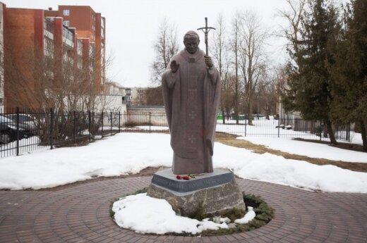 Czerwona plama na pomniku Jana Pawła II