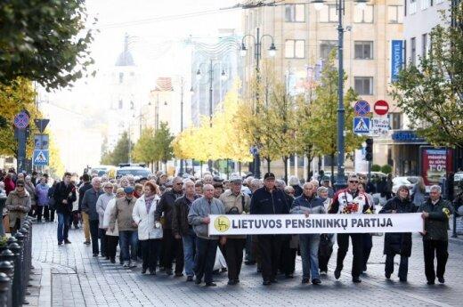 Emeryci: Rząd ośmiesza się przed całym światem podwyższając emerytury o 1 euro