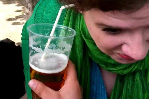Czeszka pije piwo uchem